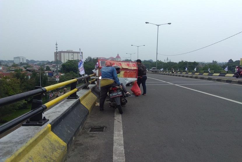 Pedagang kaki lima (PKL) menjajakan buah-buahan di pinggir flyover Pasar Rebo, Jakarta Timur