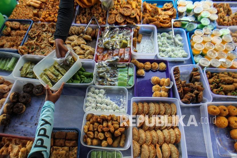 Pedagang melayani pembeli di Pasar Takjil Ramadhan.