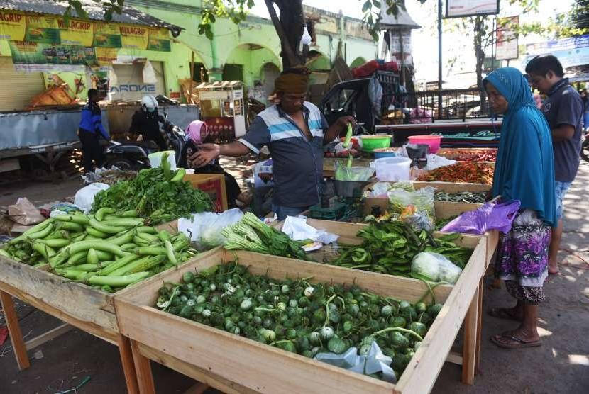Pedagang melayani pembeli, di Pasar Tanjung, Tanjung, Lombok Utara, NTB, Ahad (12/8).
