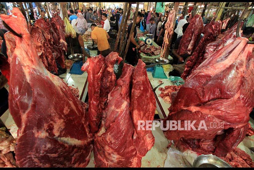 Pedagang melayani warga yang membeli daging sapi yang dijual Rp150.000 per kilogram di pasar daging Kota Lhokseumawe, Aceh, Selasa (29/8). Warga memilih membeli daging sapi lebih awal pada H-2 perayaan tradisi 'meugang' untuk menghindari harga daging mahal yang mencapai Rp180.000 per kilogramnya.