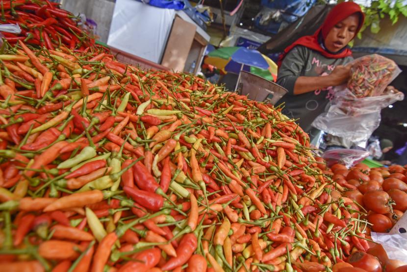 Pedagang membungkus cabai rawit.  ilustrasi