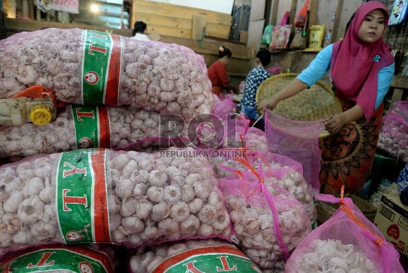 Pedagang memilah bawang putih impor di pasar tradisional. ilustrasi (prayogi/Republika).