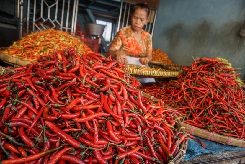 Pedagang memilah cabai daganganya di Pasar Legi, Solo, Jawa Tengah, Kamis (18/7/2019).
