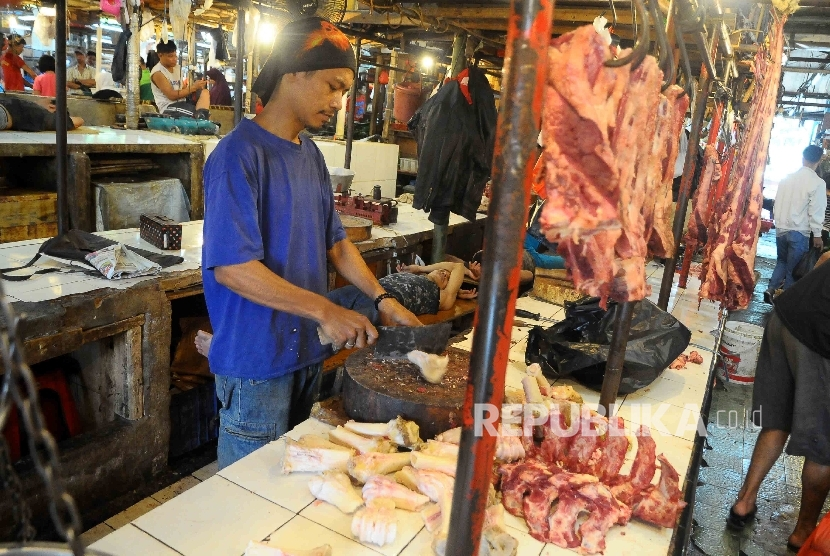 Pedagang memotong daging sapi di Pasar Senen Jakarta Pusat, Selasa (7/6). (Republika/Agung Supriyanto)