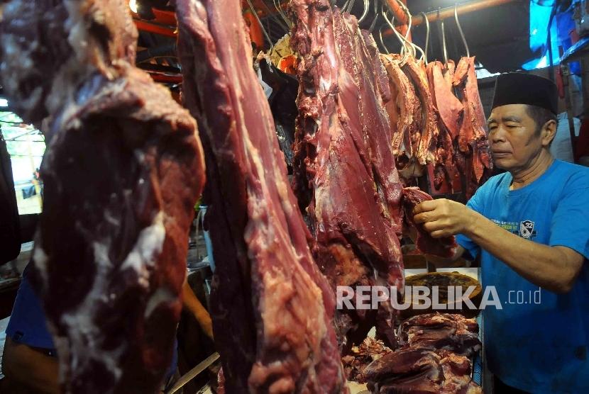 Pedagang memotong daging sapi di Pasar Senen Jakarta Pusat, Kamis (4/2).