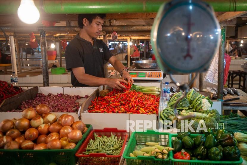 Pedagang menata sayuran-sayuran di Pasar Senen, Jakarta, Senin (1/8). Pendiri Twitter, Jack Dorsey mengatakan lonjakan tiba-tiba dalam angka inflasi yang dilihat konsumen pada harga makanan dan gas bisa jadi merupakan permulaan perubahan dunia.