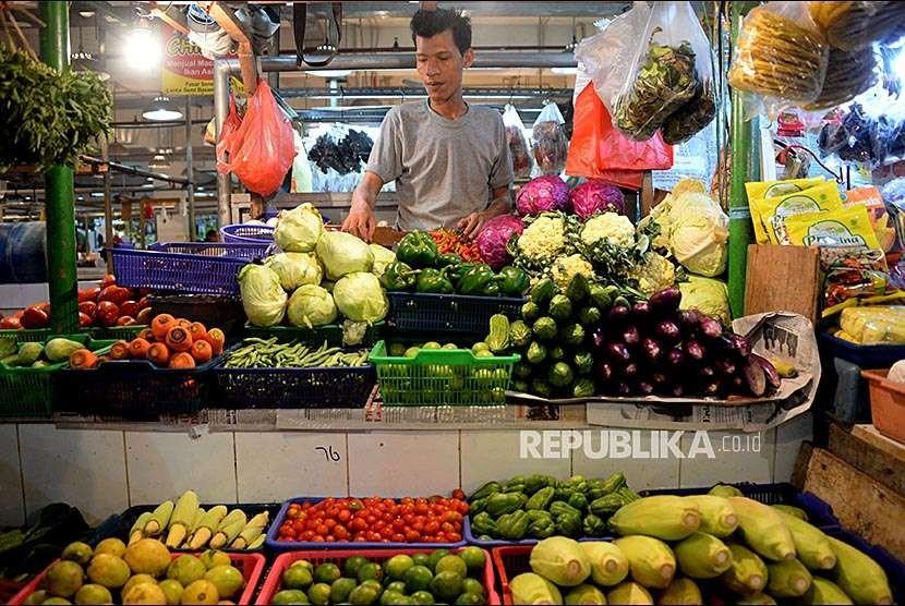 Pedagang menata sayuran yang dijual di Pasar Senen, Jakarta , Senin (1/10). Badan Pusat Statistik menyatakan bulan September 2018 terjadi deflasi sebesar 0,18 persen yang disebabkan turunnya harga bahan makanan.