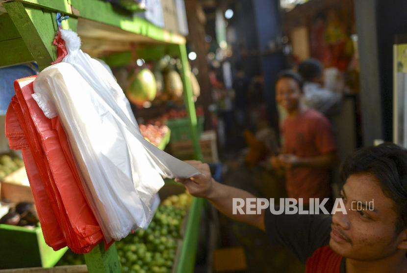 Pedagang mengambil kantong plastik di Pasar Senen, Jakarta, Rabu (3/7/2019). Menteri Keuangan Sri Mulyani mengusulkan pemungutan cukai terhadap kantong plastik sebesar Rp 200 per lembar atau Rp 30.000 per kilogram mulai tahun ini.