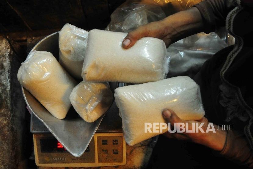 Pedagang menimbang gula pasir. ilustrasi (Republika/Agung Supriyanto)