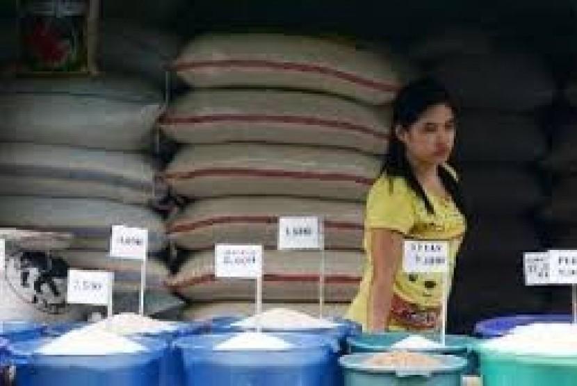 Pedagang menjual beras dengan berbagai harga
