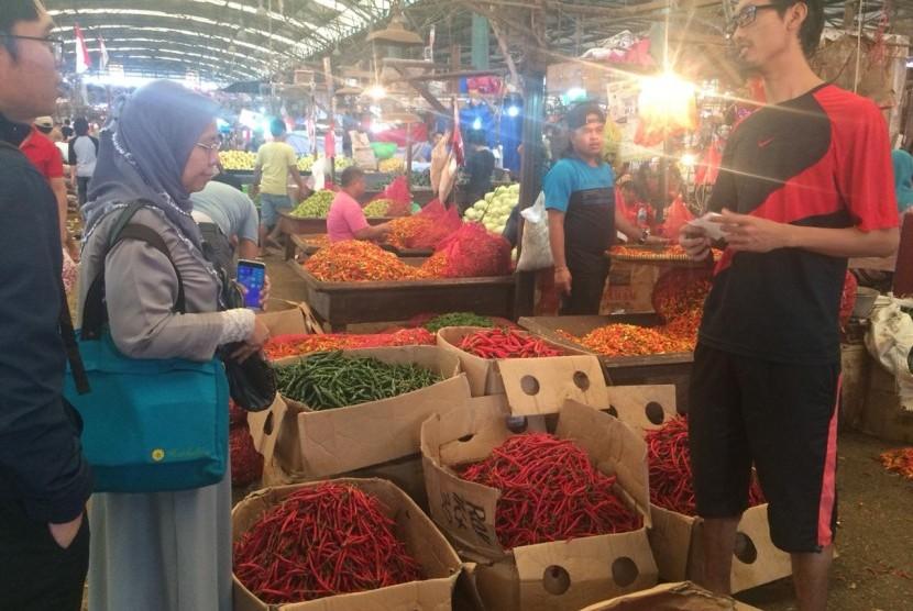 Pedagang menjual cabai dan bawang merah dengan harga stabil setelah Hari Raya Natal dan Tahun Baru