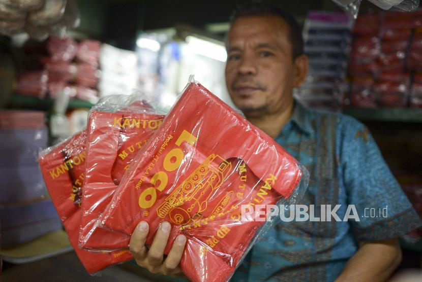 Pedagang menunjukkan kantong plastik di Pasar Senen, Jakarta, Rabu (3/7/2019). Balitbangtan mengembangkan teknologi nanoselulosa sebagai campuran produksi bioplastik yang mampu mempercepat waktu urainya.