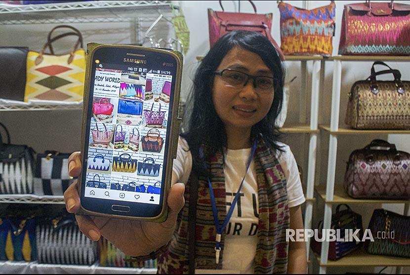 Pedagang menunjukkan sejumlah produk yang dijual secara daring di Bandung, Jawa Barat, Rabu (31/10/18).  Menurut data PPRO Payment dan E-Commerce Report tahun 2018, Indonesia merupakan negara dengan pertumbuhan E-Commerce nomor satu tertinggi di dunia.