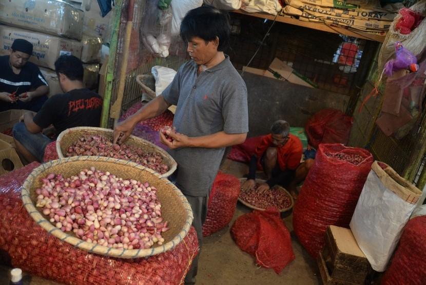 Pedagang menjual bawang merah (ilustrasi(