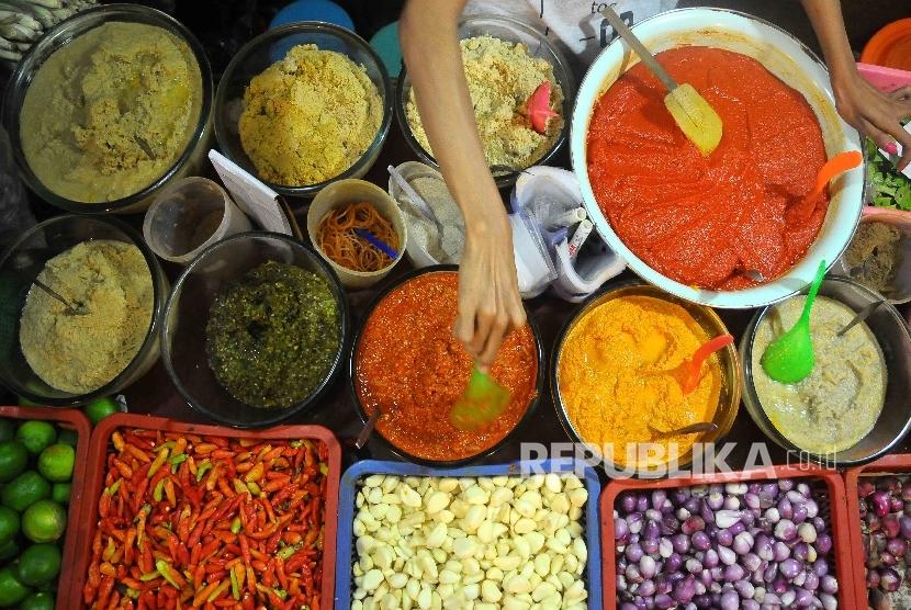 Pedagang meracik bumbu masakan jadi berbahan baku cabai di Pasar Senen, Jakarta.