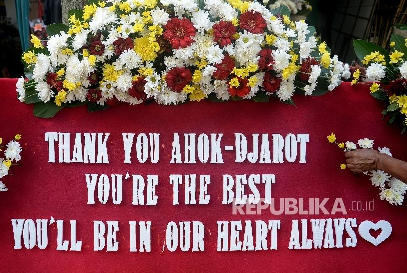 Pedagang merapikan karangan bunga untuk Gubernur dan Wakil Gubernur DKI Jakarta Basuki Tjahaja Purnama (Ahok) dan Djarot Syaiful Hidayat di Pusat Pedagang Bunga Cikini, Jakarta, Jumat (28/4).