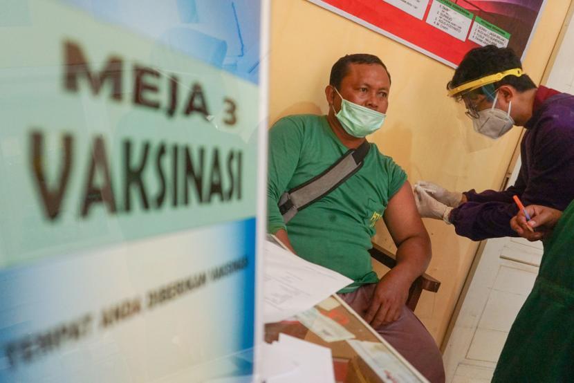 Pedagang Pasar Podosugih mengikuti vaksinasi COVID-19 di Pekalongan, Jawa Tengah, Sabtu (27/2/2021). Per 27 Februari 2021, sebanyak 1.616.165 orang di Indonesia telah divaksinasi Covid-19.