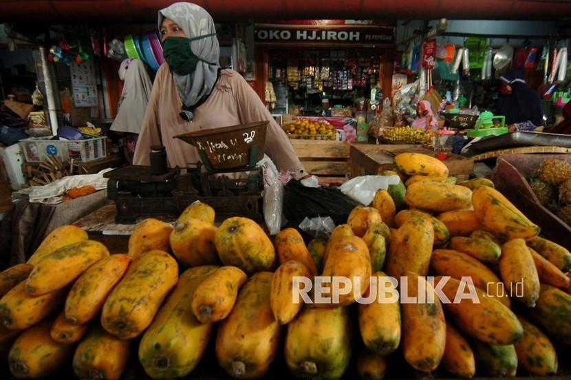 Pedagang pepaya menunggu pembeli di Pasar Pepedan, Kabupaten Tegal, Jawa Tengah, Selasa (3/8/2021). Pedagang menuturkan aktivitas pasar mulai normal sejak kabupaten tersebut masuk ke level tiga PPKM, namun daya beli warga masih kurang.