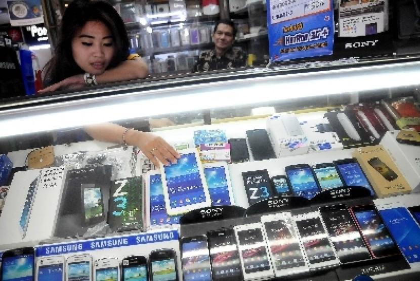 Pedagang ponsel melayani pembeli di salah satu pusat perbelanjaan di Jakarta. ilustrasi