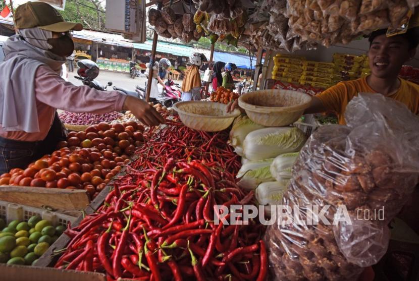 Pedagang sayur melayani pembeli di Pasar Induk Rau, Serang, Banten, Senin (27/9/2021). ilustrasi