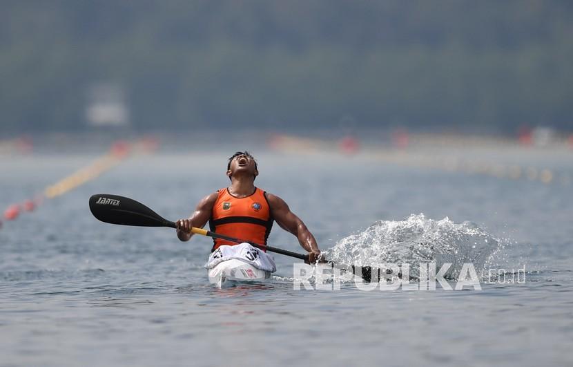 Pedayung Riau Maizir Riyondra meluapkan kegembiraannya usai memenangkan final canoeing MK1 1000 PON Papua di Teluk Youtefa, Papua, Selasa (28/9/2021). Maizir berhasil meraih emas, sementara perak direbut Joko Andriyanto asal Jambi dan perunggu diraih Angga Suwandi Putra asal Jakarta.