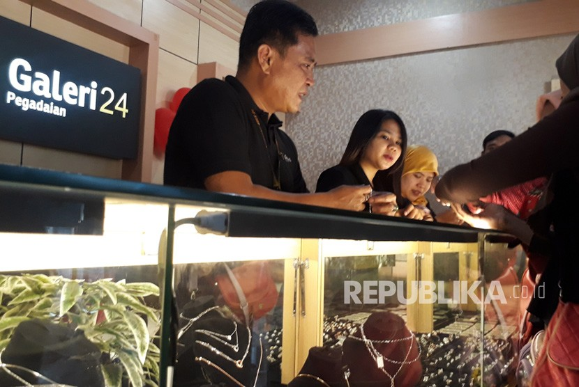 Pegadaian Jual Emas Lewat Galeri24.  PT Pegadaian resmi meluncurkan Pegadaian Galeri24 di Kota Bandung, Jumat  (22/2). Galeri24 menjadi pengembangan bisnis perdagangan emas.