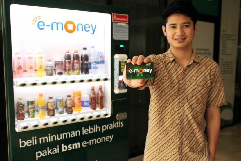 Pegawai Bank Syariah Mandiri (BSM) memperlihatkan kartu transaksi nontunai, Mandiri Syariah e-Money saat peluncuran di Jakarta, Jumat (15/9).