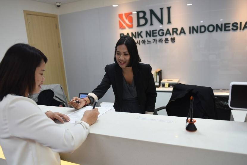 Pegawai BNI melayani nasabah di Bank BNI Cabang Seoul, Korsel, Selasa (8/11).