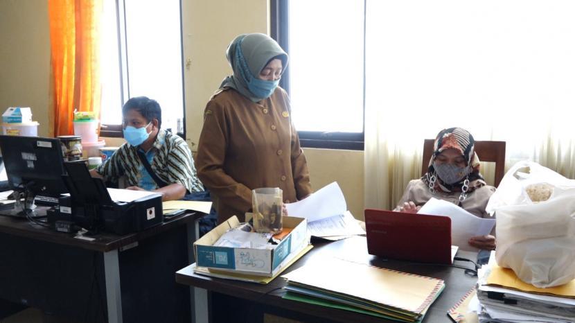 Pegawai Diskopindag Kabupaten Indramayu melakukan verifikasi terhadap berkas pendaftar program Bantuan Produktif Usaha Mikro (BPUM) dari Kementerian Koperasi dan UKM (KemenkopUKM) tahun 2021, Selasa (4/5).