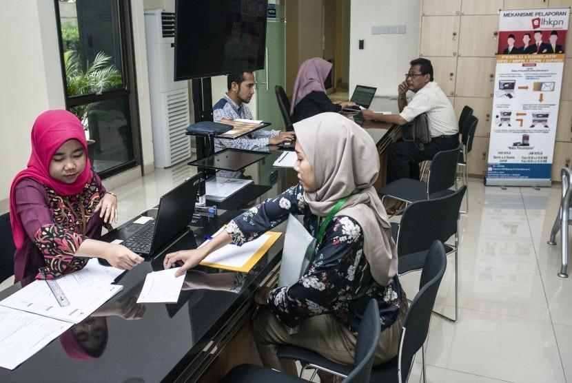 Pegawai KPK melayani pendaftar Laporan Harta Kekayaan Penyelenggara Negara (LHKPN) di gedung KPK  (ilustrasi)