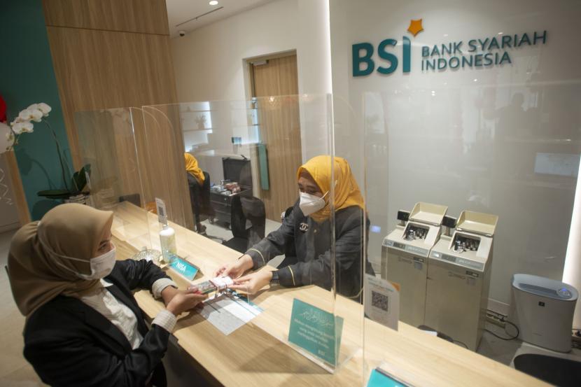Pegawai melayani nasabah di Kantor Cabang Digital Bank Syariah Indonesia (BSI) Thamrin, Jakarta.