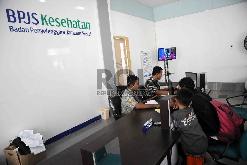 Pegawai melayani peserta Badan Penyelenggara Jaminan Sosial (BPJS) Kesehatan. ilustrasi