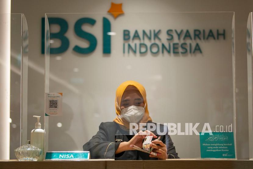 BSI Gandeng Lima Universitas Tingkatkan Literasi Keuangan. Foto: Pegawai menghitung uang di Kantor Cabang Digital Bank Syariah Indonesia (BSI) Thamrin, Jakarta, Selasa (24/8/2021). Pada semester I tahun 2021 BSI mencatat perolehan laba bersih sebesar Rp1,1 triliun, menyalurkan pembiayaan hingga Rp161,5 triliun dan mencatatkan total aset sebesar Rp247,3 triliun hingga Juni 2021.
