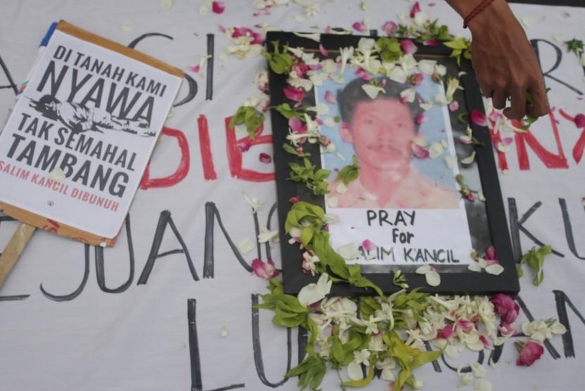 Pegiat lingkungan yang tergabung dalam Tunggal Roso melakukan aksi solidaritas terhadap pembunuhan petani penolak tambang pasir Lumajang bernama Salim Kancil di depan Balaikota Malang, Jawa Timur, Senin (28/9).
