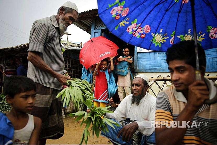 Pegungsi Rohingya menjual sayuran kamp pengungsi Kutupalong, Bangladesh,