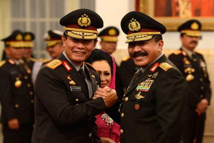 Pejabat baru Kapolri Komjen Pol Sutarman (kiri) melakukan salam komando dengan pejabat lama Jenderal Pol Timur Pradopo (kanan) seusai acara pelantikan di Istana Negara, Jakarta, Jumat (25/10).