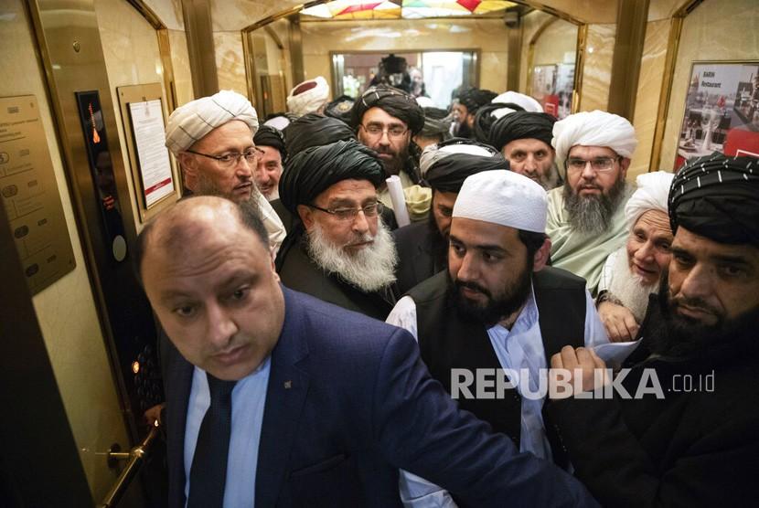 Pejabat Taliban masuk ke lift ketika mereka menghadiri pembicaraan intra-Afghanistan di Moskow, Rusia, Rabu(6/2/2019).