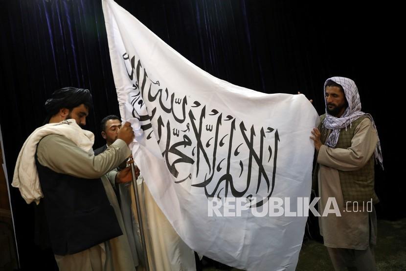 Pejabat Taliban mengibarkan bendera Taliban