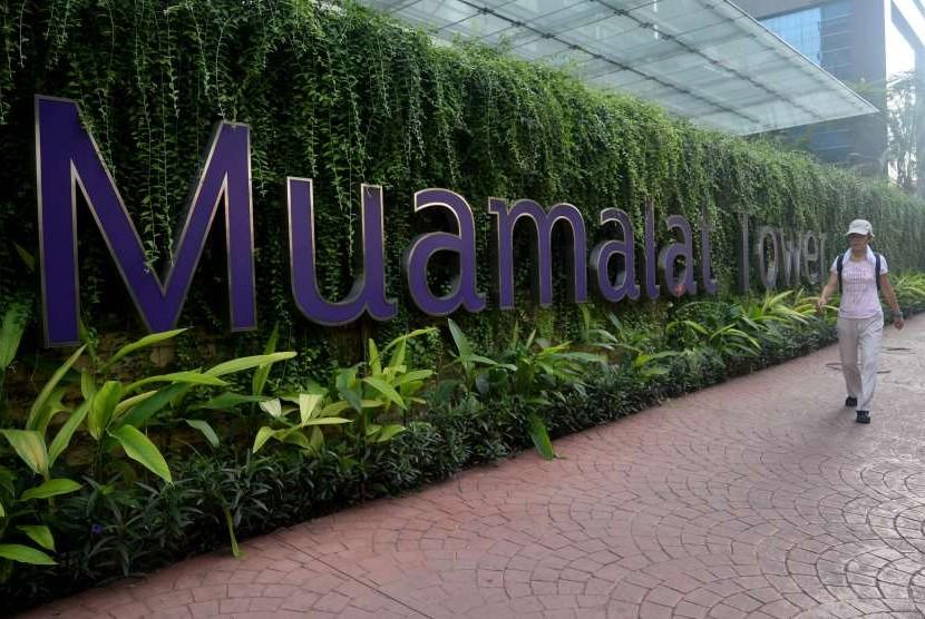 Pejalan kaki melintas depan kantor pusat Bank Muamamalat, Jakarta, Ahad (29/7).