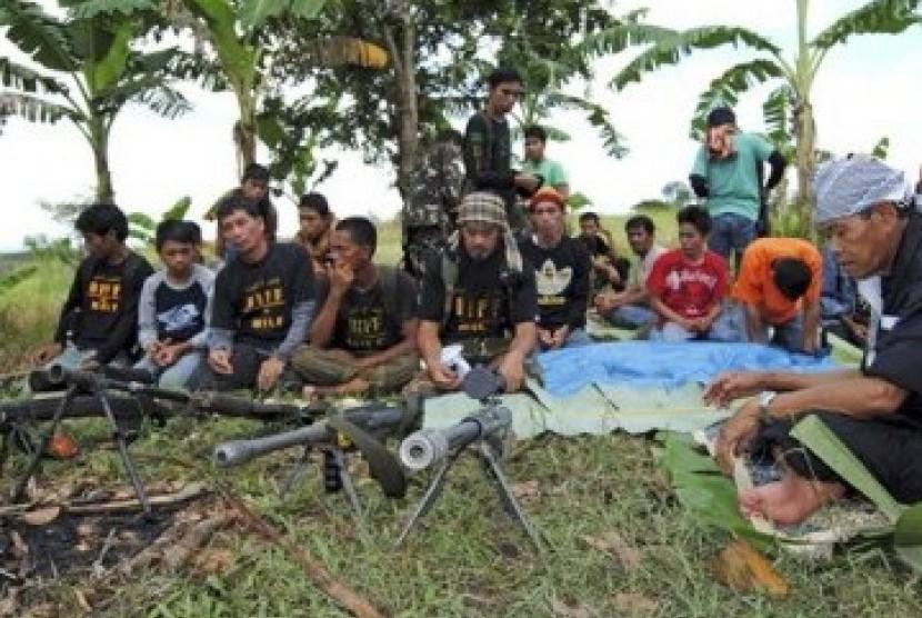 Pejuang Bangsamoro (BIIF) usai shalat jamaah di kampnya di Provinsi Maguindanao, Filipina Selatan.