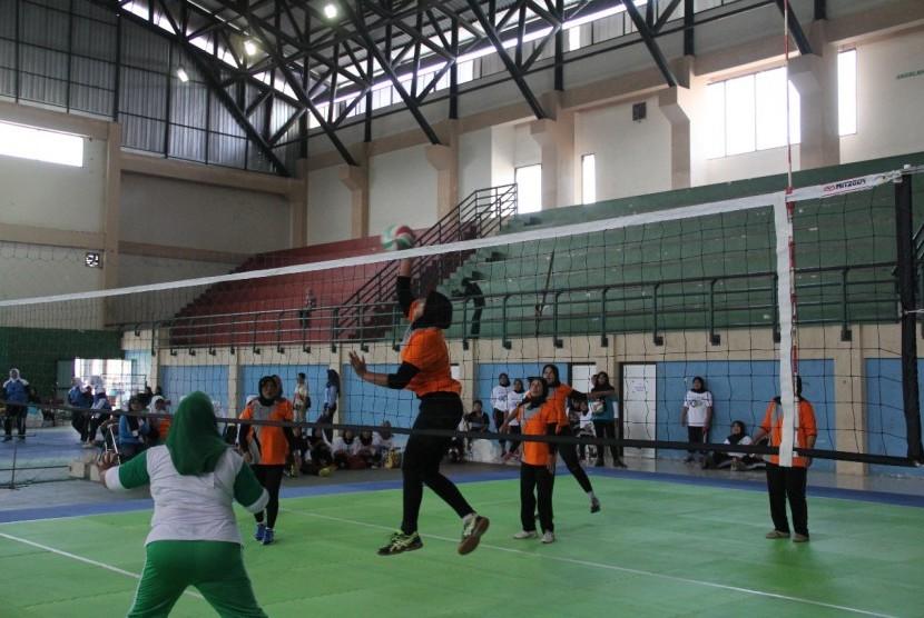 Pekan Olahraga Perempuan (POP) Jatim mempertandingkan tiga cabor bulutangkis, bola voli dan gobak sodor.