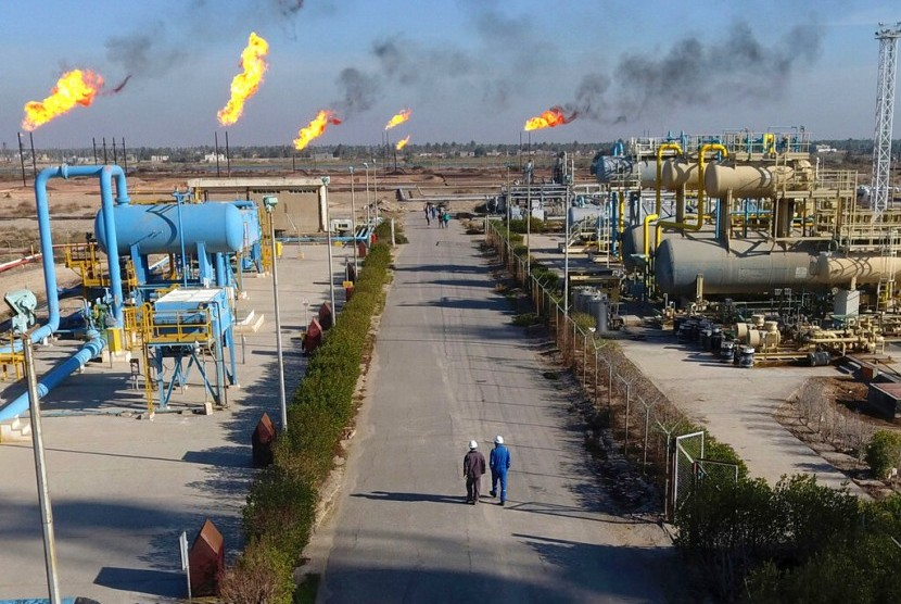 Pekerja berada di ladang minyak Nihran Bin Omar dekat Basra, Irak, 12 Januari 2017. Exxon Mobil mengungsikan staf asingnya menyusul ketegangan antara AS dan Iran.