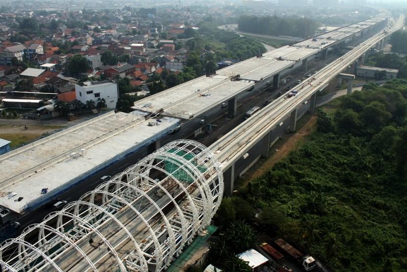 Pekerja beraktivitas di area pembangunan infrastruktur, di ruas Jalan Tol Jakarta-Cikampek, di Bekasi, Jawa Barat, Rabu (12/6/2019).