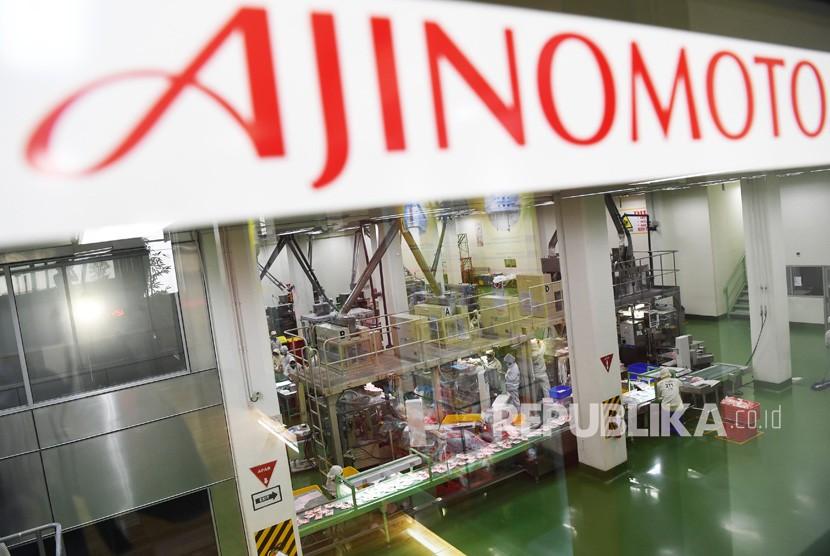 Pekerja beraktivitas di dalam pabrik pengelolahan bahan baku PT Ajinomoto Indonesia, di Mojokerto, Jawa Timur. Kamis (29/11/2018).