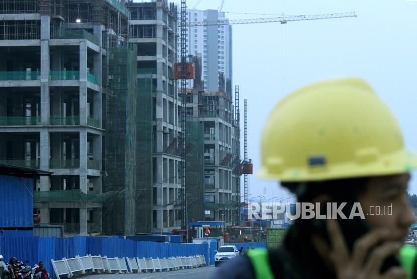 Pekerja beraktivitas di kawasan proyek pembangunan Apartemen Meikarta, di Cikarang, Kabupaten Bekasi, Jawa Barat, Senin (15/10).