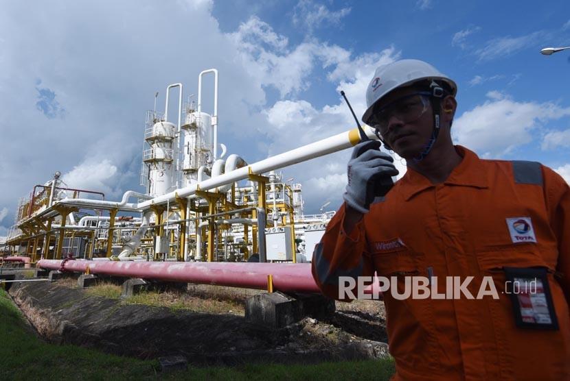 Pekerja beraktivitas di Lapangan Senipah, Peciko dan South Mahakam (SPS) yang merupakan tempat pengolahan minyak dan gas bumi dari Blok Mahakam, Kutai Kartanegara, Rabu (27/12).