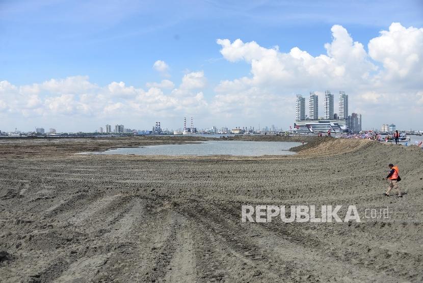 Pekerja berjaga di area proyek reklamasi Pulau G, Jakarta, Ahad (17/4). (Republika/Yasin Habibi)