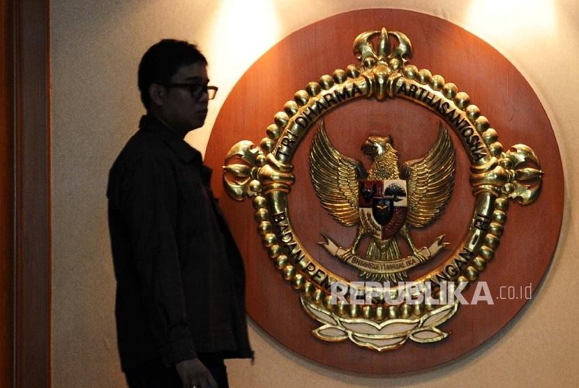 Pekerja berjalan di balik logo di kantor Badan Pemeriksaan Keuangan (BPK) Jakarta. (ilustrasi)