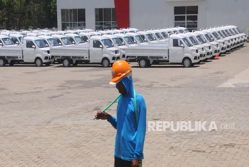 Pekerja berjalan di depan deretan mobil Esemka di pabriknya di Sambi, Boyolali, Jawa Tengah, Senin (22/10/2018).