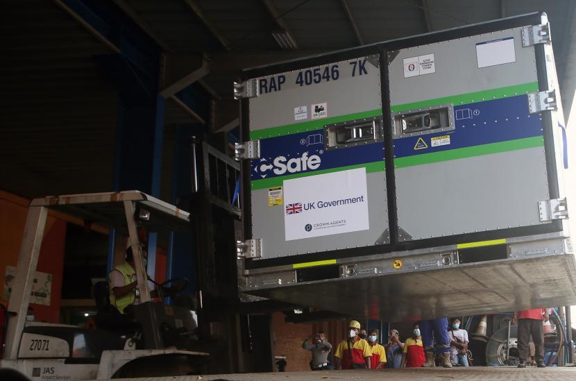 Pekerja cargo melakukan bongkar muat Envirotainer berisi vaksin jadi COVID-19 AstraZeneca hibah dari Pemerintah Inggris setibanya di Bandara Soekarno Hatta, Tangerang, Banten, Senin (2/8/2021). Pemerinta Inggris memberikan hibah vaksin COVID-19 sebanyak 620 ribu dosis vaksin AstraZeneca melalui skema COVAX, yang selanjutnya dibawa ke Bio Farma di Bandung.